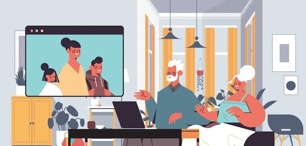 Femme avec enfants ayant une réunion virtuelle avec les grands-parents pendant l'appel vidéo chat familial en ligne communication concept salon intérieur portrait illustration horizontale