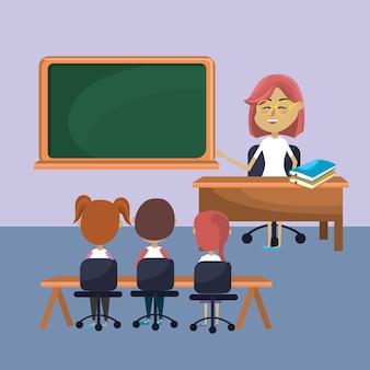 Femme enseignante a éduqué les étudiants