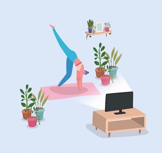 Femme, faire, yoga, natte, devant, tv, maison, conception