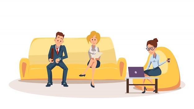 Femme sur un fauteuil poire, un employé assis sur un canapé