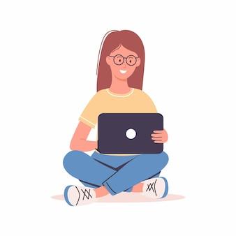 Femme ou fille assise et travaillant sur un ordinateur portable travail à domicile en freelance