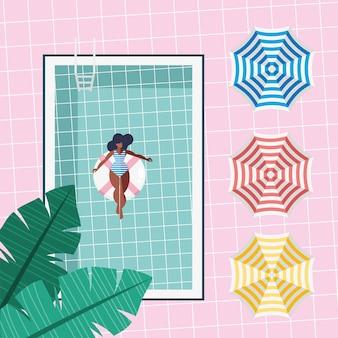 Femme flottant dans la piscine
