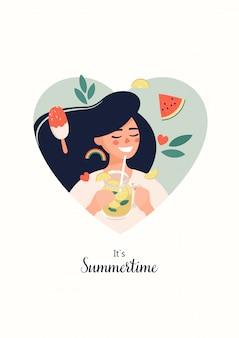 Femme heureuse avec de la limonade à la main et le texte c'est l'été sur un fond en forme de coeur