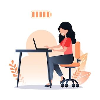 Une femme heureuse travaille sur un ordinateur portable, une batterie pleine, un travail productif et une bonne journée de travail