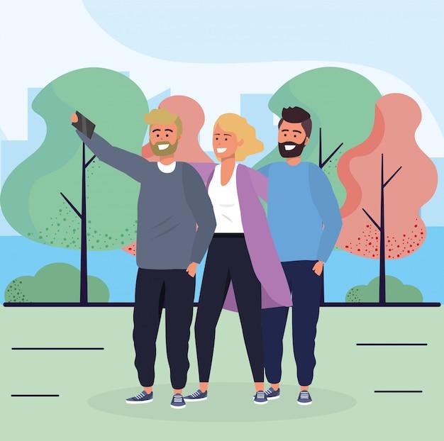 Femme et hommes amis avec smartphone et arbres