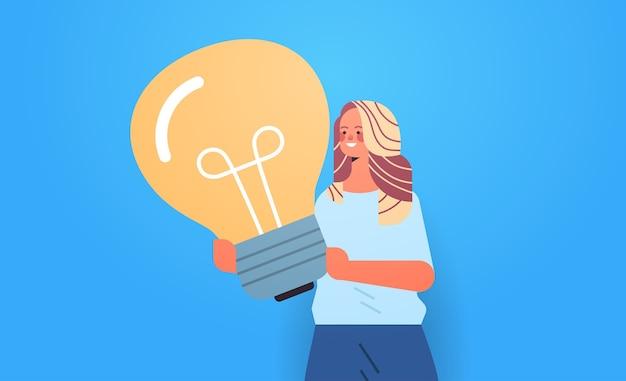 Femme hr manager holding ampoule concept de gestion créative portrait horizontal illustration vectorielle