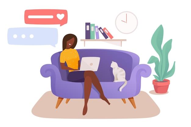 Femme intelligente assise sur le canapé avec un ordinateur portable travaillant à la maison pendant une pandémie