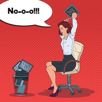 Femme jetant un ordinateur portable à la poubelle