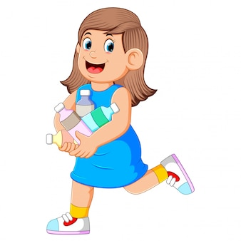 Femme à jeter beaucoup de bouteille en plastique