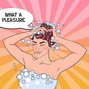Femme lavant sa tête avec du shampooing