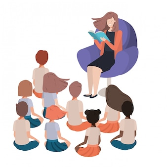 Femme lisant un livre dans le canapé avec des enfants