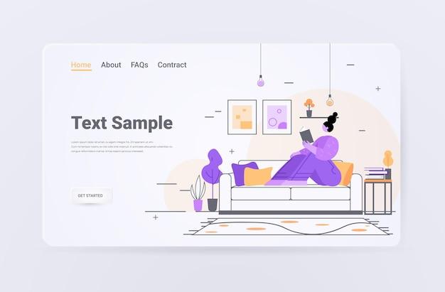 Femme lisant livre fille assise sur le canapé à la maison détente passe-temps concept salon intérieur pleine longueur horizontal copie espace illustration