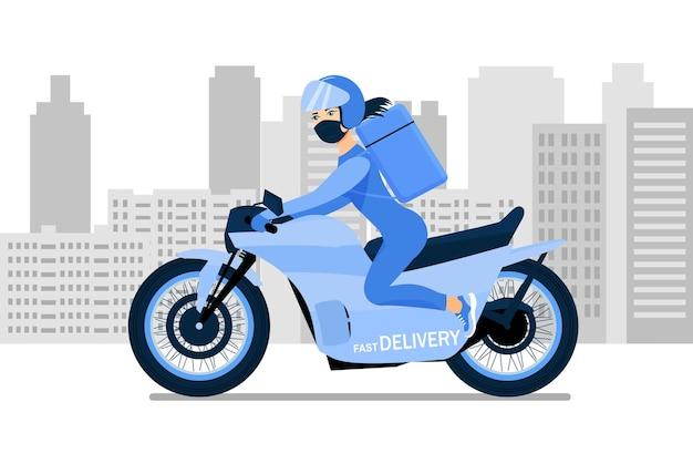 Femme de livraison en masque médical sur une moto rend la livraison rapide