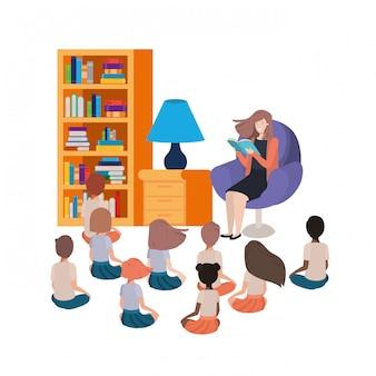 Femme avec livre de lecture dans le canapé et les enfants