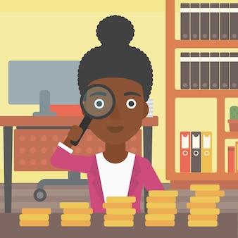 Femme avec loupe en regardant les pièces d'or.