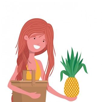 Femme avec maillot de bain et ananas à la main