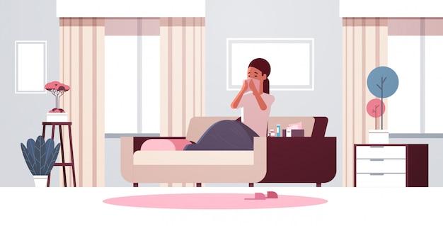 Femme malade se moucher avec mouchoir