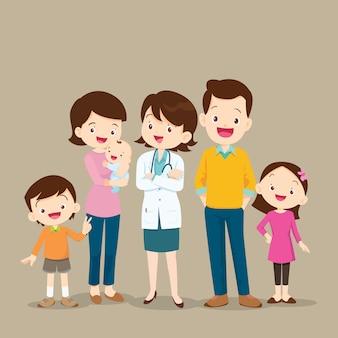 Femme médecin et jolie famille avec bébé
