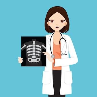 Femme médecin montrant un film radiographique