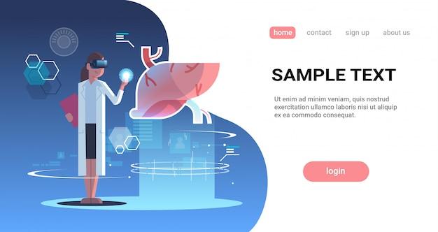 Femme médecin portant des lunettes numériques touchant la réalité virtuelle foie organe humain anatomie médicale vr