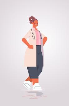 Femme médecin en uniforme professionnel médical travailleur permanent pose médecine soins de santé concept illustration vectorielle verticale pleine longueur