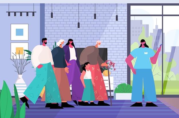 Femme médecin vaccinant des patients familiaux multigénérationnels lutte contre le concept de développement de vaccin contre le coronavirus salon intérieur horizontal pleine longueur illustration vectorielle