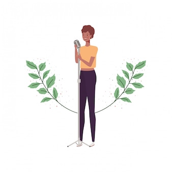 Femme, microphone, branches, feuilles