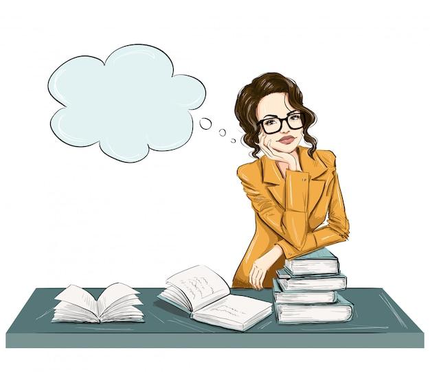 Femme de mode intelligente avec des livres sur une table
