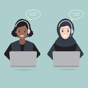 Femme musulmane avec l'icône du service clientèle de casque