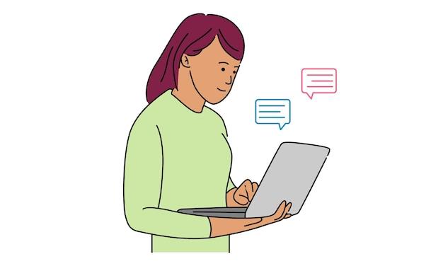 Femme à l'ordinateur portable et à l'aide du site web pour discuter