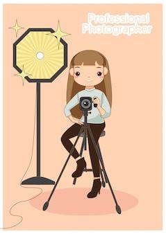 Femme photographe professionnel travaillant en studio.