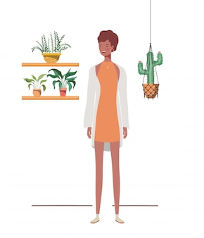 Femme avec des plantes d'intérieur et des cintres en macramé