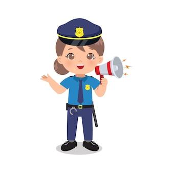 Une femme policière mignonne parle avec un mégaphone