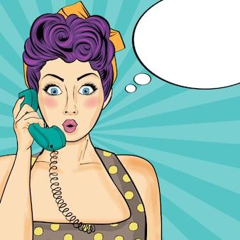 Femme de pop art discutant sur téléphone rétro