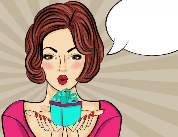 Femme pop art surprise qui tient un cadeau dans leurs mains