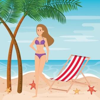 Femme portant un maillot de bain avec une chaise de bronzage et des palmiers