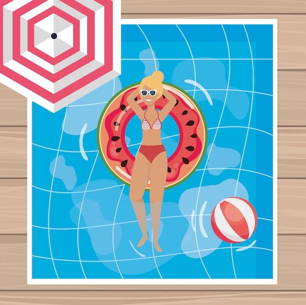 Femme prenant le soleil dans la piscine