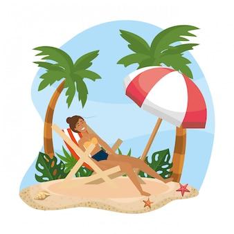 Femme prenant le soleil sous le soleil bronzant avec parasol sur la plage