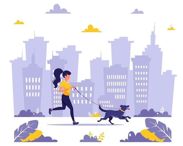 Femme qui court avec un chien dans la ville