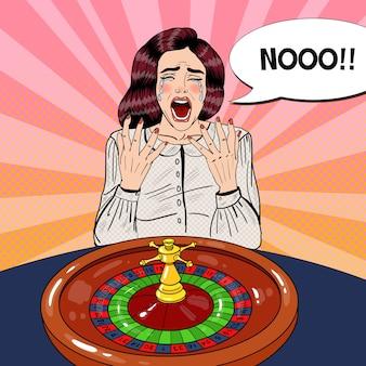 Femme qui crie derrière la table de roulette