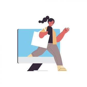 Femme qui sort de l'écran du moniteur concept de désintoxication numérique fille passer du temps sans gadgets
