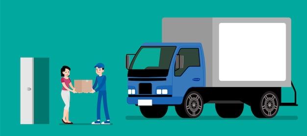 La femme reçoit un produit du service de livraison.