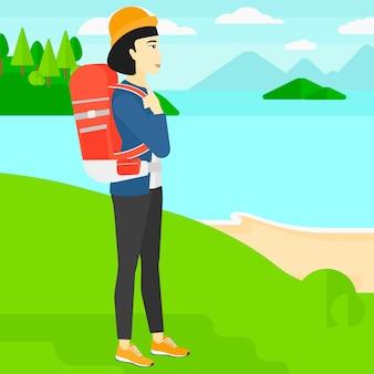 Femme avec sac à dos de randonnée.