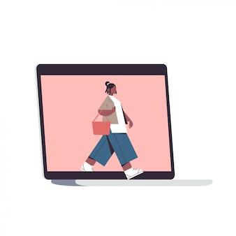 Femme sortant de l'écran de l'ordinateur portable concept de désintoxication numérique fille passer du temps sans gadgets