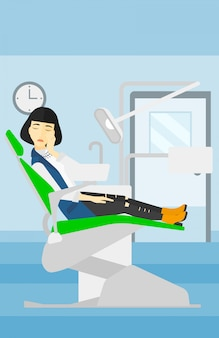 Femme souffrant en fauteuil dentaire.