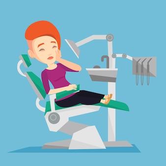 Femme souffrant de fauteuil dentaire.