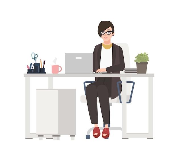 Femme souriante travaillant au bureau. greffière habillée de vêtements intelligents assis dans une chaise