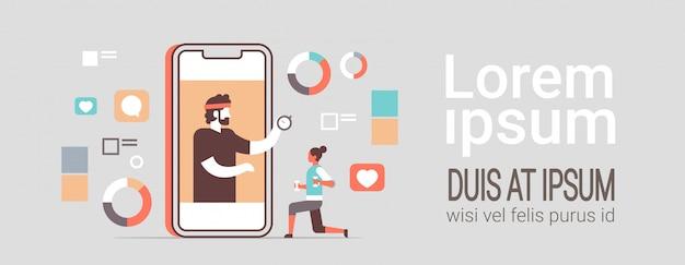 Femme sportive à l'aide d'une application de fitness mobile