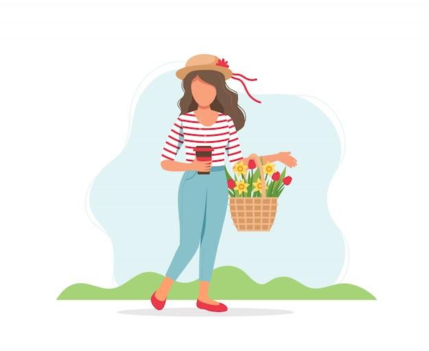 Femme avec tasse de café et fleurs de printemps dans le panier.