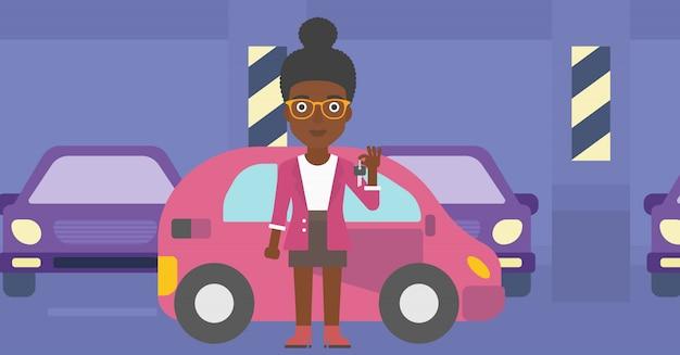 Femme tenant les clés de sa nouvelle voiture.